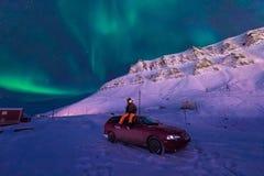 La estrella ártica polar del cielo del aurora borealis de la aurora boreal del hombre en Noruega Svalbard en montañas de la luna  Fotografía de archivo