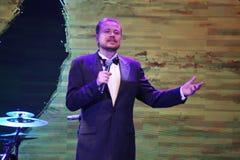 La estrella de la etapa, cantante de la ópera, actos de Sergey Muravyov del tenor, canta el traje formal del smoking foto de archivo libre de regalías