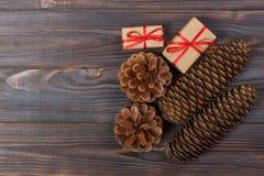 La estrella de madera de la Navidad de los accesorios de los conos naturales del pino adornó los regalos de lino del vintage del  Imagenes de archivo