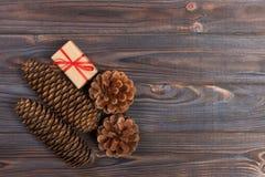 La estrella de madera de la Navidad de los accesorios de los conos naturales del pino adornó los regalos de lino del vintage del  Fotos de archivo
