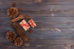 La estrella de madera de la Navidad de los accesorios de los conos naturales del pino adornó los regalos de lino del vintage del  Imagen de archivo libre de regalías