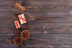 La estrella de madera de la Navidad de los accesorios de los conos naturales del pino adornó los regalos de lino del vintage del  Fotografía de archivo libre de regalías