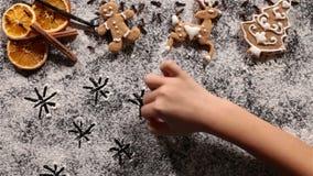 La estrella de la Navidad del dibujo de la mano del niño centellea en la harina almacen de video