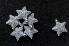 La estrella de plata de la Navidad adorna el fondo reluciente oscuro de OM con el espacio de la copia Fotografía de archivo