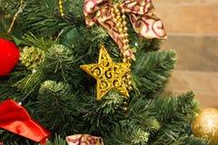 La estrella en el árbol de navidad foto de archivo
