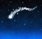 La estrella fugaz quema brillante en cielo Fotos de archivo