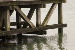 La estructura compleja del haz de ayuda del embarcadero de la plataforma de la visión que pasa por alto el agua de Southampton en Imagen de archivo