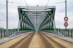 La estructura de acero del nuevo puente viejo en Bratislava pintó verde y gris para la tranvía y los peatones fotos de archivo