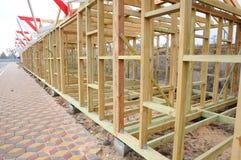 La estructura de madera del edificio Construcción de la techumbre Construcción de madera de la casa de marco del tejado Imagen de archivo libre de regalías