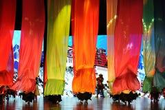 La estructura de seda coloreada un  puente-grande del show†de los escenarios de la escala el  del legend†del camino Imagenes de archivo
