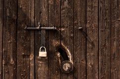 La estructura, marrón de madera de la puerta con el candado Imagen de archivo