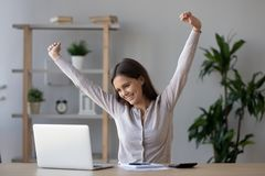 La estudiante adolescente acertada feliz acabó el estudio que miraba el ordenador portátil imagen de archivo