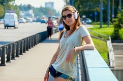 La estudiante elegante delgada hermosa se coloca en el puente del coche y Fotografía de archivo