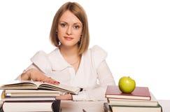 La estudiante lee los libros Imagen de archivo libre de regalías