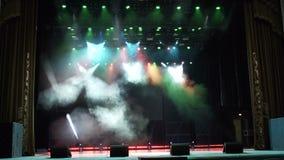 La etapa multicolora se enciende, demostración de la luz en el concierto metrajes