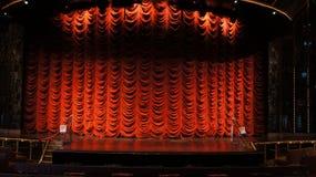La etapa y la cortina para la producción video ponen verde el fondo de pantalla Foto de archivo