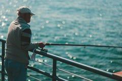 LA, Etats-Unis - 30 octobre 2018 : Un pêcheur sur Santa Monica Pier photos libres de droits