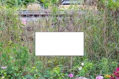 La etiqueta blanca firma la advertencia y la cerca de alambre Fotografía de archivo