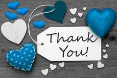 La etiqueta blanco y negro con los corazones azules, texto le agradece Fotos de archivo libres de regalías