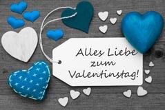 La etiqueta blanco y negro, corazones azules, Valentinstag significa día de tarjetas del día de San Valentín Foto de archivo libre de regalías