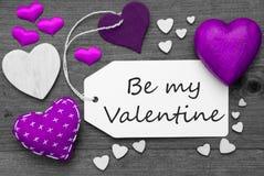 La etiqueta blanco y negro, corazones púrpuras, texto sea mi tarjeta del día de San Valentín Fotografía de archivo