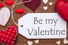 La etiqueta, corazones rojos, endecha plana, texto sea mi tarjeta del día de San Valentín Imágenes de archivo libres de regalías