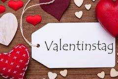 La etiqueta, corazones rojos, Valentinstag significa el día de tarjetas del día de San Valentín, endecha del plano Imagen de archivo libre de regalías