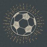 La etiqueta del vintage, fútbol dibujado mano, bosquejo del balón de fútbol, grunge texturizó la insignia retra, impresión de la  Fotografía de archivo