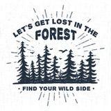 La etiqueta dibujada mano con los árboles spruce texturizados vector el ejemplo Foto de archivo libre de regalías