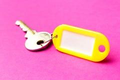 La etiqueta dominante amarilla en una p?rpura texturiz? el fondo de la cartulina El concepto de alquiler, vendiendo modelo colore foto de archivo libre de regalías