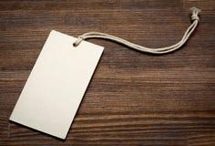 La etiqueta en blanco del precio en fondo de madera Imagenes de archivo