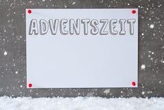 La etiqueta en la pared del cemento, copos de nieve, Adventszeit significa a Advent Season Fotografía de archivo