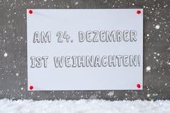 La etiqueta en la pared del cemento, copos de nieve, Weihnachten significa la Navidad Imagen de archivo libre de regalías