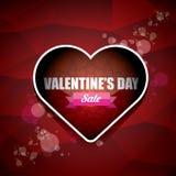 La etiqueta o la etiqueta engomada de la venta de la forma del corazón del día de tarjetas del día de San Valentín en fondo rojo  Imagen de archivo