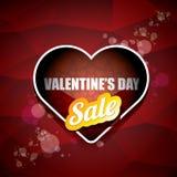 La etiqueta o la etiqueta engomada de la venta de la forma del corazón del día de tarjetas del día de San Valentín en fondo rojo  Imagenes de archivo