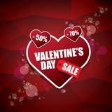 La etiqueta o la etiqueta engomada de la venta de la forma del corazón del día de tarjetas del día de San Valentín en fondo rojo  Foto de archivo libre de regalías