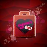 La etiqueta o la etiqueta engomada de la venta de la forma del corazón del día de tarjetas del día de San Valentín en fondo rojo  Imagen de archivo libre de regalías