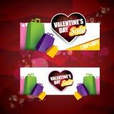 La etiqueta o la etiqueta engomada de la venta de la forma del corazón del día de tarjetas del día de San Valentín en fondo rojo  Fotos de archivo libres de regalías
