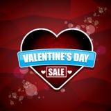La etiqueta o la etiqueta engomada de la venta de la forma del corazón del día de tarjetas del día de San Valentín en fondo rojo  Foto de archivo