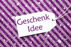 La etiqueta, papel de embalaje púrpura, Geschenk Idee significa la idea del regalo, copos de nieve Fotos de archivo
