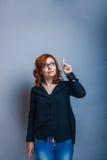 la Europeo-mirada de la mujer de 30 años es el señalar adentro Fotografía de archivo libre de regalías
