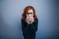 la Europeo-mirada de la mujer de 30 años está enferma, Imagenes de archivo