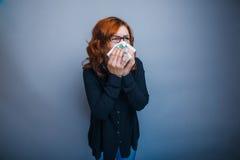 la Europeo-mirada de la mujer de 30 años está enferma Imágenes de archivo libres de regalías