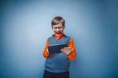 la Europeo-mirada del muchacho de diez años en vidrios juega Fotografía de archivo
