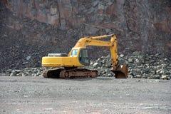 La excavadora en una mina activa de la mina del pórfido oscila digging Foto de archivo libre de regalías