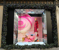 La exhibición de la ventana de los días de fiesta en los sacos Fifth Avenue tituló la tierra del ` del ` de 1000 placeres en Manh Imagenes de archivo