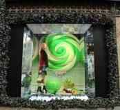 La exhibición de la ventana de los días de fiesta en los sacos Fifth Avenue tituló la tierra del ` del ` de 1000 placeres en Manh Imagen de archivo