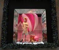 La exhibición de la ventana de los días de fiesta en los sacos Fifth Avenue tituló la tierra del ` del ` de 1000 placeres en Manh Fotos de archivo libres de regalías