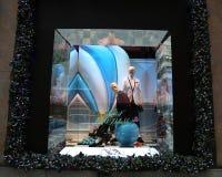 La exhibición de la ventana de los días de fiesta en los sacos Fifth Avenue tituló la tierra del ` del ` de 1000 placeres en Manh Foto de archivo libre de regalías