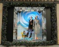 La exhibición de la ventana de los días de fiesta en los sacos Fifth Avenue tituló la tierra del ` del ` de 1000 placeres en Manh Foto de archivo